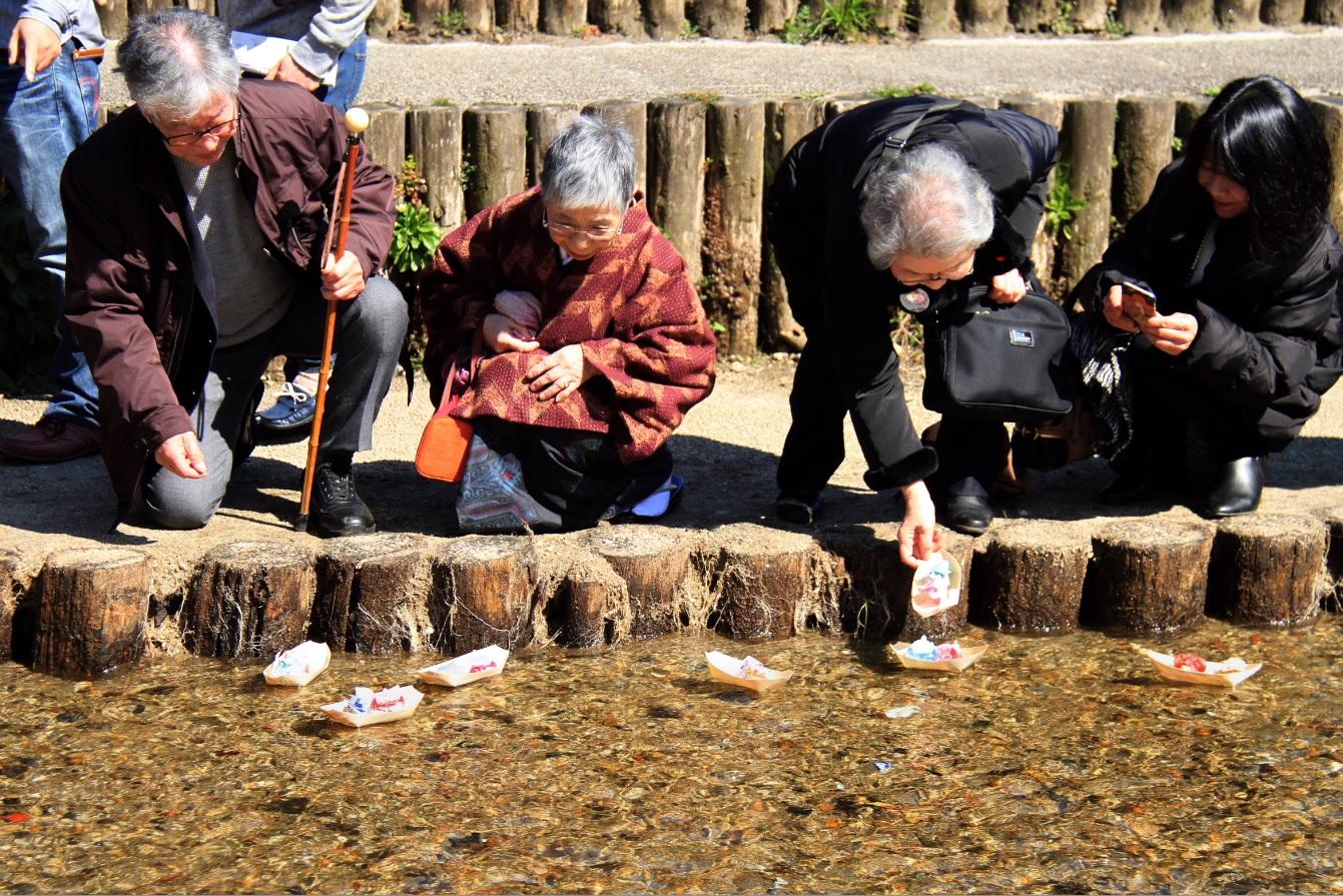 『春の桜川フォトコンテスト 特別賞 童心にかえって流し雛 真壁町』の画像